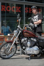 Przed kawiarenka z Harleyem
