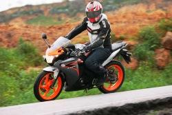 Honda CBR125 2011 na zakrecie