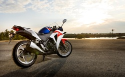 Honda CBR250R 2011 w sloncu