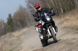 KTM LC8 Adventure R idzie bokiem