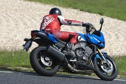 wejscie w zakret yamaha fz8 fazer 2010 test motocykla 02