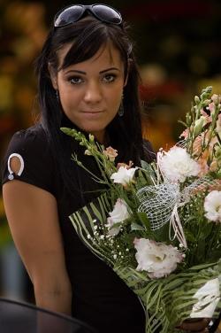 modelka kwiaty bukiet