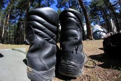 Buty po mozolnym spacerze na Elbrus wygladaly jak obraz nedzy i rozpaczy