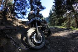 zdjecie nie pokazuje nachylenia ale motocykl musialbyc zabezpieczony przez zjechaniem w dol lancuchem