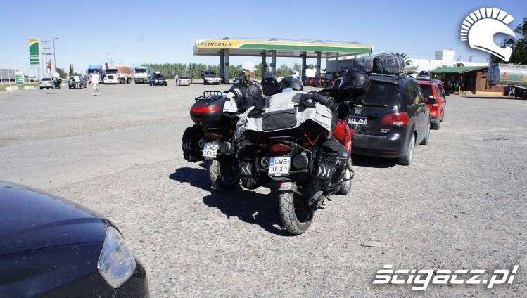 na stacji wyprawa motocyklowa do Ameryki Poludniowej