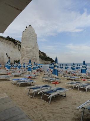 Ciekawa skalka na plazy w Vieste