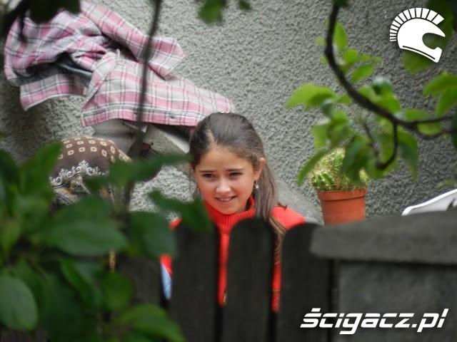 dziewczynka za plotem