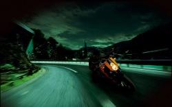 KTM 990 Super Duke nocny winkiel