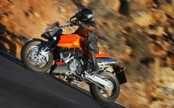 KTM 990 Super Duke szybki zakret