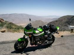 Kawasaki ZRX 1200 R dolina w tle