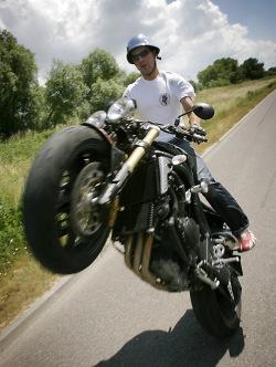 triumph wheelie4