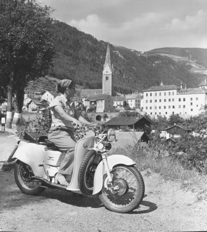 Moto Guzzi Galletto kobieta
