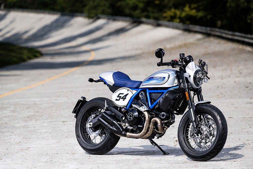 Ducati Scrambler Cafe Racer ambience 05 UC67940 Low