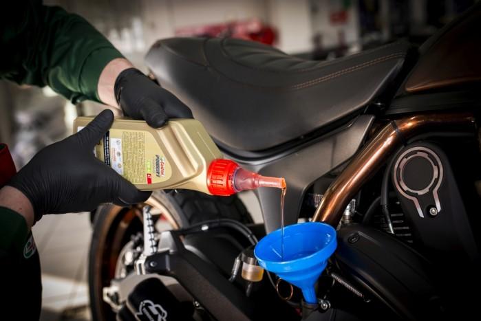 wlewanie oleju castrol do silnika